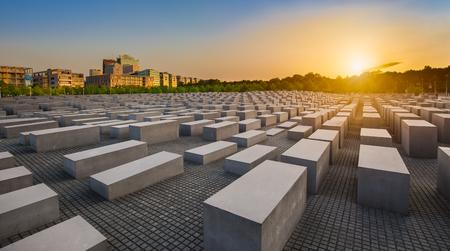 Beroemde Joodse Holocaust Memorial in de buurt van Brandenburger Tor Brandenburger Tor bij zonsondergang in de zomer, Berlin Mitte, Duitsland Redactioneel