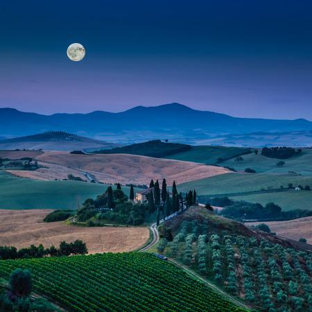 luz de luna: Toscana paisaje escénico con las colinas y valles en la hermosa luz de la luna al amanecer, Val d'Orcia, Italia