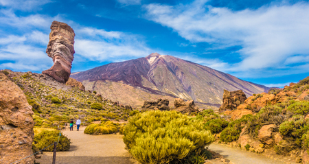 Panoramic view of unique Roque Cinchado unique rock formation with famous Pico del Teide mountain volcano summit in the background on a sunny day, Teide National Park, Tenerife, Canary Islands, Spain Zdjęcie Seryjne