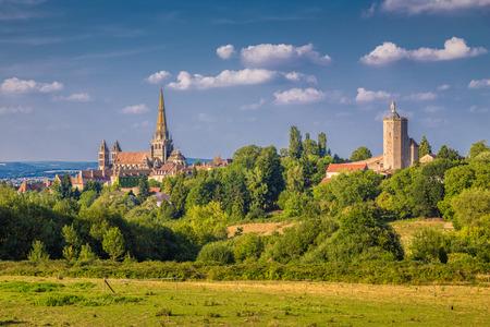 Historische Stadt von Autun mit berühmtem Cathedrale Saint-Lazare d'Autun auf einen Hügel im goldenen Abendlicht bei Sonnenuntergang, Saone-und-Loire-Abteilung, Burgunder, Frankreich Standard-Bild - 55707787