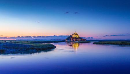 황혼, 노르망디, 프랑스 북부에서 블루 시간 동안 아름다운 황혼에서 유명한 르 몽생 미셸 (Mont Saint-Michel) 갯벌 섬의 전경