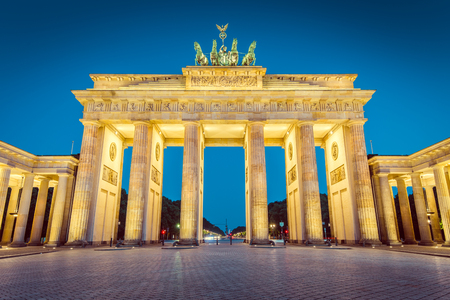 mauer: Classic view of famous (Brandenburg Gate, one of the best-known landmarks and national symbols of Germany, in twilight during blue hour at dawn, Berlin, Germany