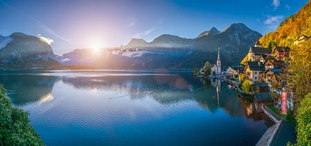 Panoramisch panoramisch prentbriefkaar uitzicht op het beroemde Hallstatt bergdorp met Hallstatter See in de Oostenrijkse Alpen bij zonsopgang in het prachtige gouden ochtendlicht in de herfst, Salzkammergut, Oostenrijk