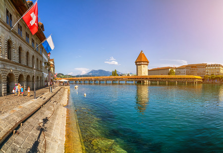 Famous Chapel Bridge in the historic city center of Lucerne, the city's symbol and one of Switzerland's main tourist attractions and views on a sunny day in summer, Canton of Lucerne, Switzerland 免版税图像