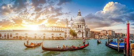 역사적인 대성당 디 산타 마리아 델라 경례와 유명한 채널 그란데 전통적인 곤돌라 베네치아, 이탈리아에서에서 일몰에서 빛을 로맨틱 황금 저녁에 백 스톡 콘텐츠