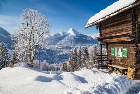 hospedaje: Hermoso paisaje de montaña en los Alpes bávaros con el pueblo de Berchtesgaden y Watzmann macizo en el fondo al amanecer, Parque Nacional Berchtesgaden, Baviera, Alemania