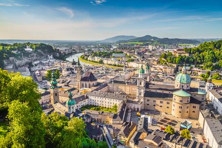 ザルツブルクの歴史的な街、オーストリア、ザルツブルク土地の空撮 写真素材