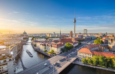 Veduta aerea di Orizzonte di Berlino con la famosa torre della televisione e il fiume Sprea, in bella luce sera al tramonto, Germania Archivio Fotografico - 67089847