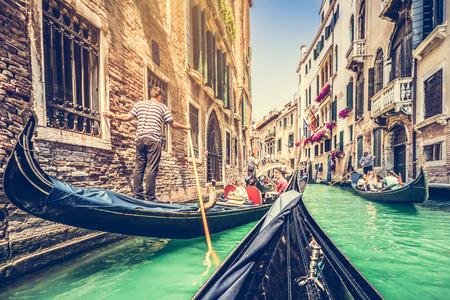 レトロなビンテージ スタイルのフィルターとレンズで、ヴェネツィアの運河でゴンドラ レンズフレア効果
