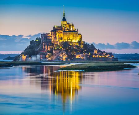 Panoramiczny widok słynnej Le Mont Saint-Michel pływów wyspy w pięknym zmierzchu podczas niebieskiej godziny o zmierzchu, Normandia, północnej Francji