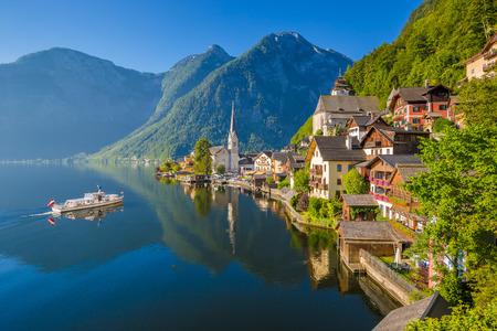 夏、ザルツカンマーグート地方、オーストリアで晴れた日に美しい朝の光で旅客船、オーストリア アルプスで有名なハルシュタット山村の美しい絵