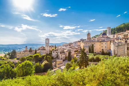 夏には、ウンブリア州、イタリアの青い空と雲に美しい晴れた日にアッシジの歴史的な町のパノラマ ビュー