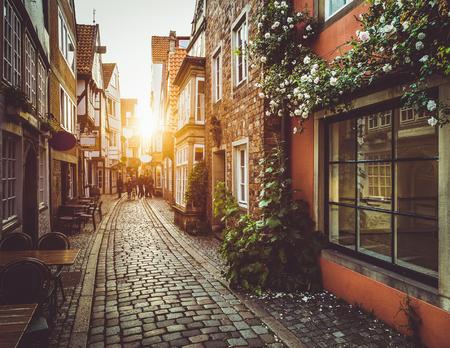 黄金夜のパステルで夏の夕日の光でヨーロッパの旧市街の美しい景色トーン レトロなビンテージ スタイル グランジ フィルターとレンズ フレア日光