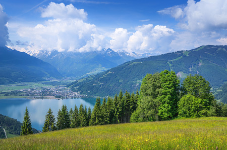 kitzsteinhorn: Beautiful panoramic view of the famous city of Zell am See with idyllic Zeller Lake on a sunny day with blue sky and clouds in springtime in Salzburg, Salzburger Land, Austria