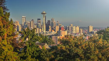seahawks: Hermosa vista panorámica del horizonte de Seattle visto del parque de Kerry en un día soleado con el cielo azul con el famoso Monte Rainier en segundo plano en verano, Estado de Washington, Estados Unidos de América Foto de archivo