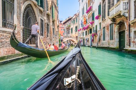 レトロなビンテージ トーン スタイル グランジ フィルター付けレンズ、ヴェネツィアの狭い運河で伝統的なゴンドラ フレア青空と夏の晴れた日に太