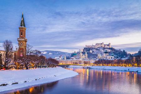 Vue classique de la ville historique de Salzbourg avec la célèbre Festung Hohensalzburg et la rivière Salzach illuminée dans un beau crépuscule pendant la période de Noël en hiver, Salzburger Land, Autriche