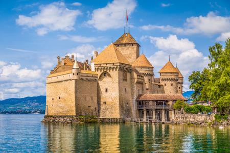 Klassiek uitzicht op het beroemde Chateau de Chillon in het prachtige Meer van Genève, een van de belangrijkste toeristische attracties van Zwitserland en de meest bezochte kastelen in Europa, Kanton Vaud, Zwitserland Stockfoto