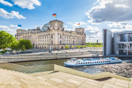 晴れた日に青い空と雲、ベルリン、ドイツで有名な国会議事堂、ポール葉ハウスを渡すシュプレー川の遊覧船とベルリン政府地区のパノラマ ビュー