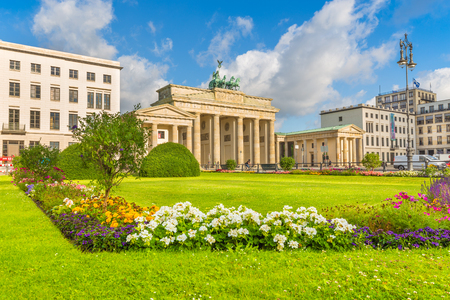 mauer: Classic view of famous Brandenburg Gate at Pariser Platz, one of the best-known landmarks and national symbols of Germany, on a beautiful sunny day in summer, central Berlin, Germany