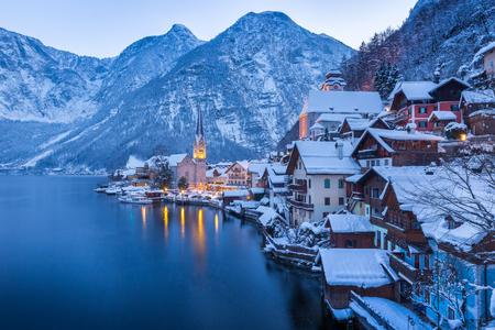 Klassieke postkaart weergave van beroemde Hallstatt lakeside stad in de Alpen met prachtige Hallstattersee in mystieke na zonsondergang schemering tijdens blauwe uur in de schemering in de winter, Salzkammergut, Oostenrijk