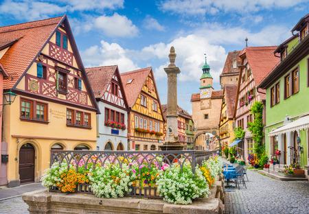 Prachtig postkaart uitzicht op de beroemde historische stad Rothenburg ob der Tauber op een zonnige dag met blauwe lucht en wolken in de zomer, Franken, Beieren, Duitsland