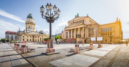 Panoramisch zicht op de beroemde Gendarmenmarkt met de Berlijnse concertzaal en de Duitse kathedraal in gouden avondlicht bij zonsondergang met blauwe lucht en wolken in de zomer, district Berlin Mitte, Duitsland Stockfoto