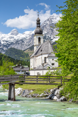 Scenic mountain landscape in the Bavarian Alps with famous Parish Church of St. Sebastian in the village of Ramsau in springtime, Nationalpark Berchtesgadener Land, Upper Bavaria, Germany Banque d'images