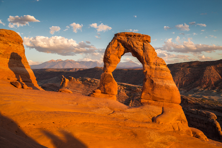 Classic postcard view of famous Delicate Arch, symbol of Utah and a popular scenic tourist attraction, in beautiful golden evening light at sunset in summer, Arches National Park, Moab, Utah, USA Banque d'images