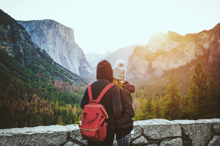 Romantic view of a young couple enjoying famous Tunnel View in beautiful golden morning light at sunrise in Yosemite Valley in summer with retro vintage Instagram style filter effect, California, USA Banque d'images