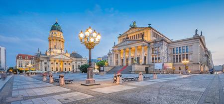 Panoramisch uitzicht op de beroemde Gendarmenmarkt met de Berlijnse concertzaal en de Duitse kathedraal in schemerlicht tijdens het blauwe uur in de schemering, district Berlijn-Mitte, Duitsland