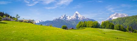 Panoramisch uitzicht op idyllische berglandschap in de Alpen met verse groene weiden in bloei op een mooie zonnige dag in de lente, Nationaal Park Berchtesgadener Land, Beieren, Duitsland