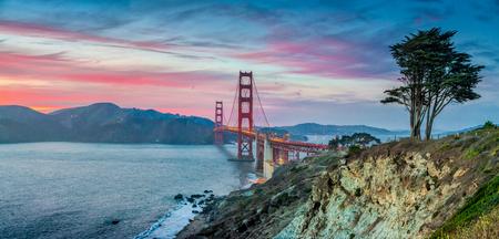 Klassieke panoramamening van beroemde Golden gate bridge die van toneel Baker Beach in mooie postzonsondergangschemering wordt gezien met blauwe hemel en wolken bij schemer in de zomer, San Francisco, Californië, de VS Stockfoto