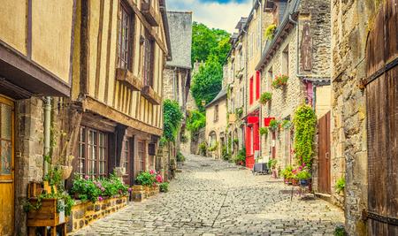 風光明媚な小路歴史的民家と青空とヨーロッパの古い町とレトロなビンテージ Instagram グランジ フィルター効果と夏雲、石畳の通りの美しい景色 写真素材