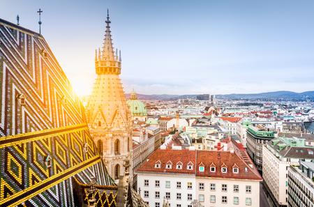 Widok z lotu ptaka na historyczne dachy Wiednia z północnej wieży słynnej katedry św. Szczepana w pięknym złotym wieczornym świetle o zachodzie słońca latem, w centrum Wiednia, Austria Zdjęcie Seryjne