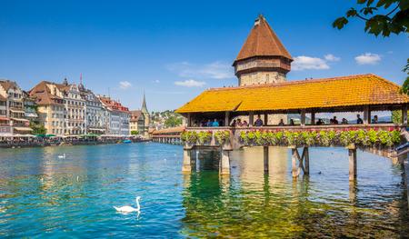 Historisch centrum van Luzern met beroemde Kapelbrug, het symbool van de stad en een van de belangrijkste toeristische attracties van Zwitserland op een zonnige dag in de zomer, kanton Luzern, Zwitserland
