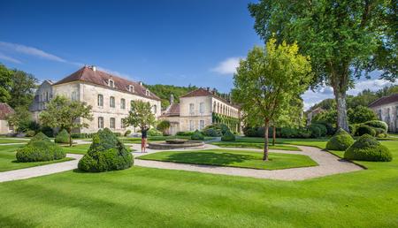 유명한 Cistercian 수도원 폰 테 나, 1981 년 이후 여름, 푸른 하늘이 맑은 날에 유네스코 세계 문화 유산 사이트의 아름 다운보기 Marmagne, 부르고뉴, 프랑스