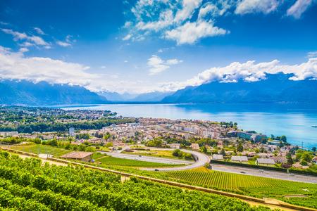 Vue aérienne de la ville de Vevey au bord du lac Léman avec les vignobles de la célèbre région viticole de Lavaux par une belle journée ensoleillée avec ciel bleu et nuages en été, Canton de Vaud, Suisse Banque d'images