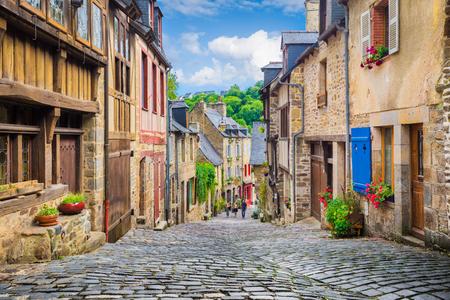 夏には青空と雲が立つヨーロッパの旧市街の歴史的な伝統的な家屋と石畳の通りを持つ美しい狭い路地の美しい景色 写真素材
