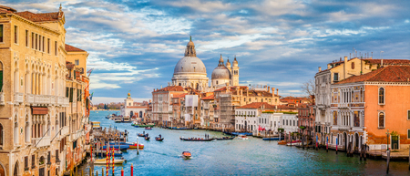 Classic panoramic view of famous Canal Grande with scenic Basilica di Santa Maria della Salute in beautiful golden evening light at sunset with retro vintage filter effect, Venice, Italy 스톡 콘텐츠