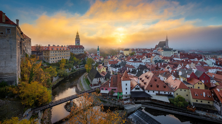 Panoramic view of the historic city of Cesky Krumlov with famous Cesky Krumlov Castle, a UNESCO World Heritage Site since 1992, in beautiful morning light at sunrise with mystic fog in fall, Czech Republic. Éditoriale