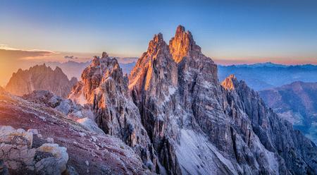 Panoramablick von den berühmten Dolomitbergspitzen, die in schönes goldenes Abendlicht bei Sonnenuntergang im Sommer, Südtirol, Italien glühen