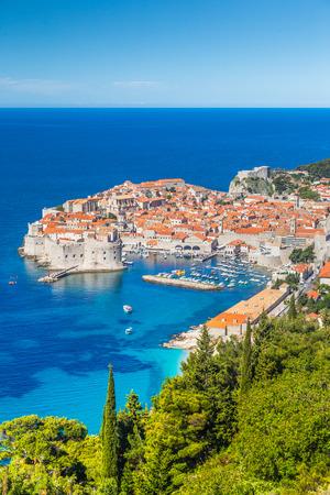 夏の美しい晴れた日にSrt山から、地中海で最も有名な観光地の一つ、ドゥブロヴニクの歴史的な町のパノラマの空中写真、ダルマチア、クロアチア