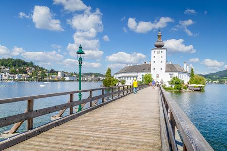 Schöne Ansicht von berühmtem Schloss Ort mit Holzbrücke am Traunsee an einem sonnigen Tag mit blauem Himmel und Wolken im Sommer, Region Gmunden, Salzkammergut, Österreich Standard-Bild - 98225060