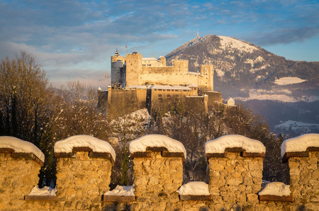 Classic view of famous Festung Hohensalzburg in the historic city of Salzburg illuminated in beautiful golden evening light with blue sky during Christmas time in winter, Salzburger Land, Austria 版權商用圖片