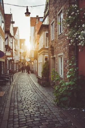 パステルトーンレトロヴィンテージスタイルグランジフィルターとレンズフレアサンライト効果と夏の夕暮れ時に美しい黄金の夕暮れのヨーロッパ 写真素材