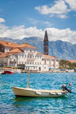 Szenische Panoramaansicht der historischen Stadt von Perast an der weltberühmten Bucht von Kotor an einem schönen sonnigen Tag mit blauem Himmel und Wolken im Sommer, Montenegro, Südeuropa Standard-Bild - 98780739