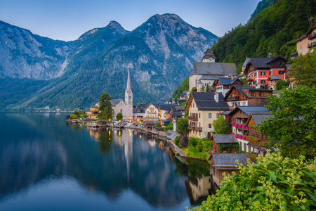 Scenic picture-postcard view of famous historic Hallstatt mountain village with Hallstattersee in the Austrian Alps in mystic twilight during blue hour at dawn in summer, Salzkammergut region, Austria Imagens