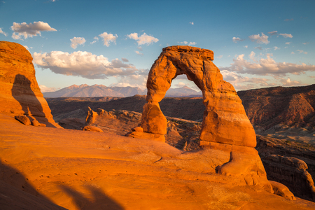 Classic postcard view of famous Delicate Arch, symbol of Utah and a popular scenic tourist attraction, in beautiful golden evening light at sunset in summer, Arches National Park, Moab, Utah, USA Archivio Fotografico