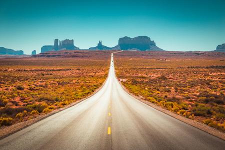Vista panorámica clásica de la histórica ruta estadounidense 163 que atraviesa el famoso Monument Valley Foto de archivo